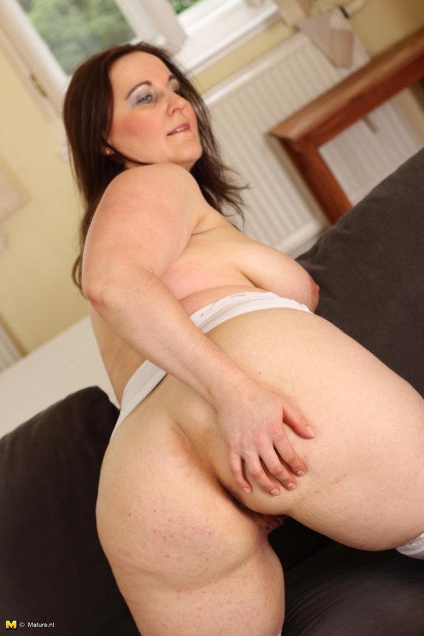 Big mature mama playing with her dildo